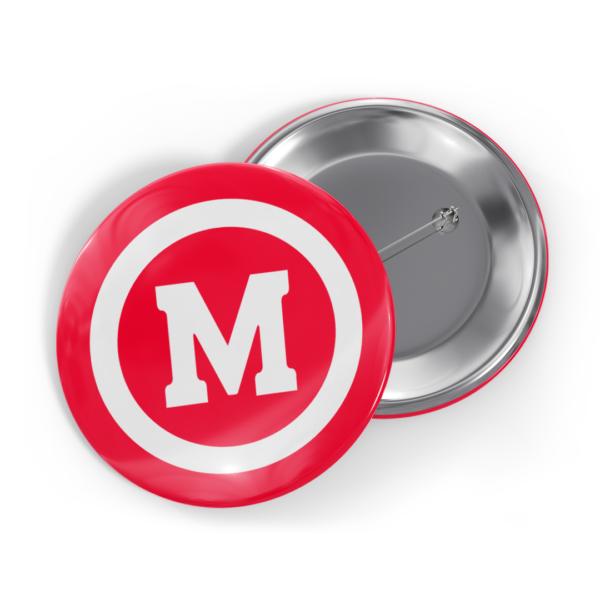 """Bottom vermelho com M de """"Mackenzie"""" branco e um círculo branco ao redor da letra."""