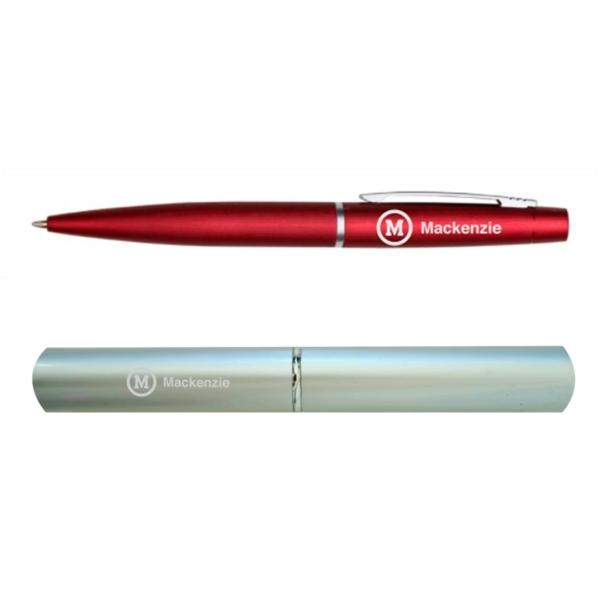 caneta vermelha com logo do Mackenzie na cor branca acompanhada de estojo para caneta na cor branca e logo do Mackenzie branca