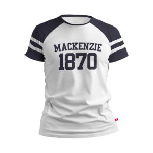 camiseta branca com Mackenzie escrito azul e 1870 abaixo dele também azul. Região dos ombros na cor azul com duas listras brancas perto da manga