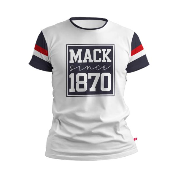 camiseta branca com quadrado azul no peito contendo dizeres Mack Since 1870 escrito azul e 1870 abaixo dele também azul. Região das mangas na cor azul marinho com duas listras, uma branca e uma laranja perto da manga
