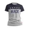 camiseta branca com Mack escrito azul e 1870 abaixo dele também azul. Região do peito e dos ombros na cor azul com 5 estrelas branca alinhadas horizontalmente