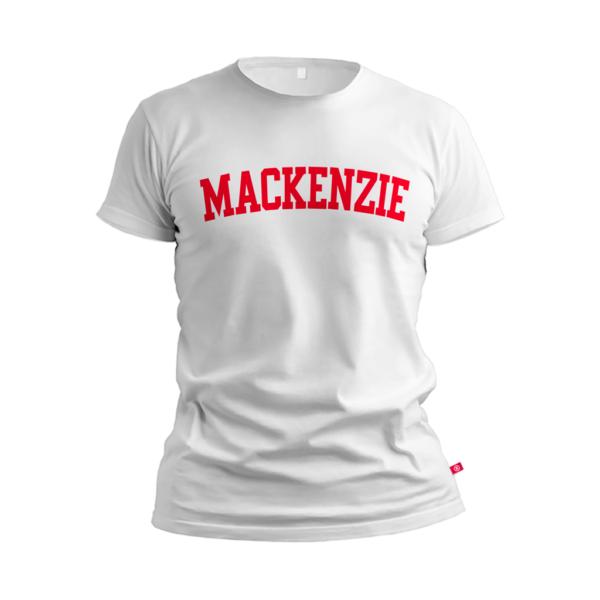 camiseta branca com Mackenzie escrito vermelho no peito