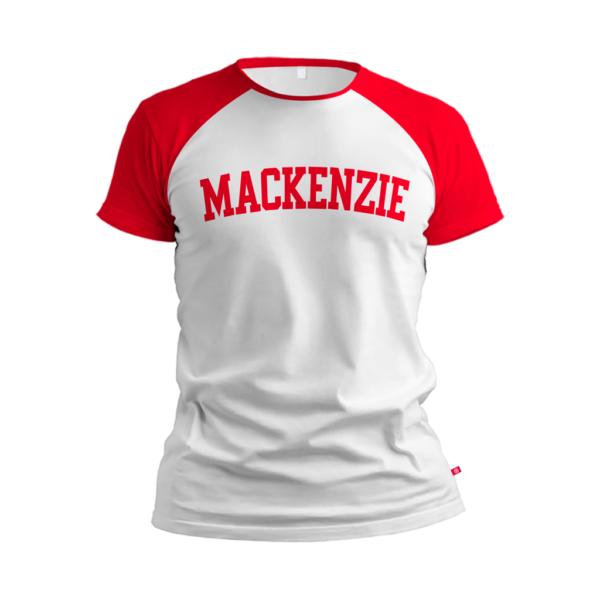 camiseta branca com Mackenzie escrito vermelho e com região dos ombros na cor vermelha