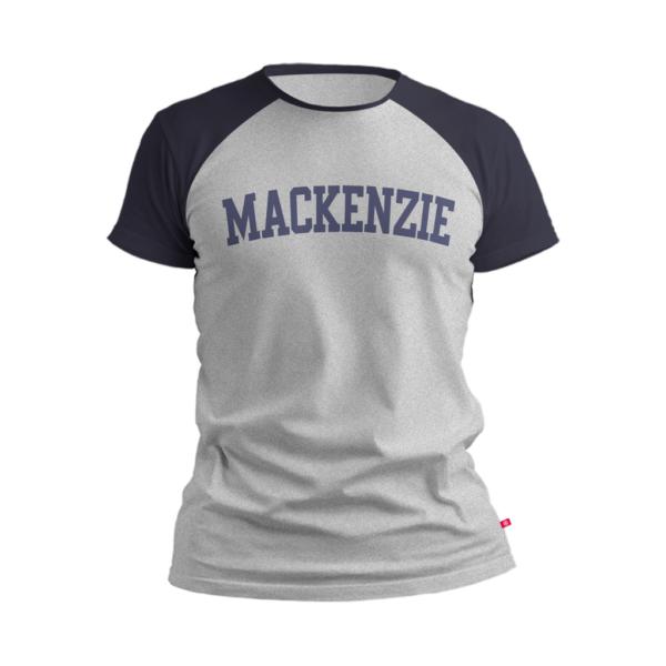 camiseta cinza claro com Mackenzie escrito azul e com região dos ombros na cor azul marinho