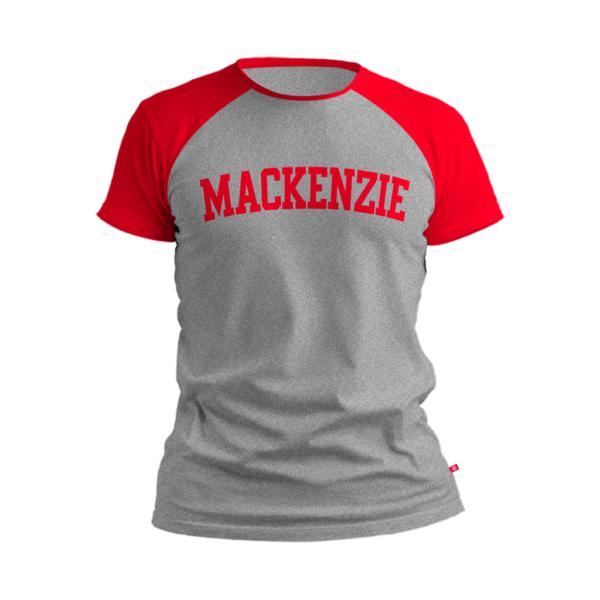 camiseta cinza claro com Mackenzie escrito vermelho e com região dos ombros na cor vermelha
